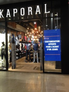Kaporal Vélizy 2 - customisation jeans - Focus Shopper